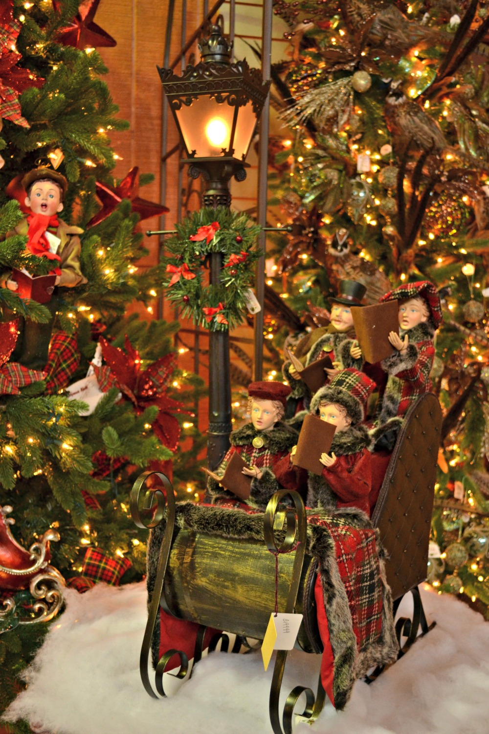 sleigh ride caroler lamp post